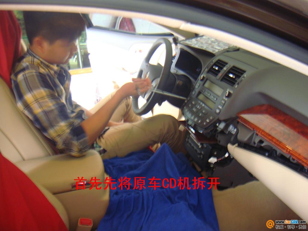 拆开CD机后车内实图-开平桥升丰田皇冠汽车升级卡仕达导航大方得体高清图片