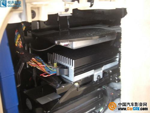 如果想加阿尔派701那种解码器,只能从后面功放取音频输出.高清图片