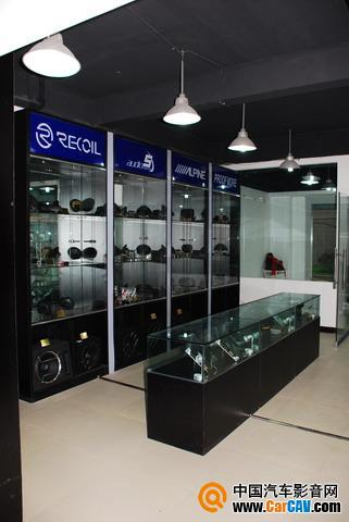 产品展架,专业的射灯让产品显得更加专业和高贵